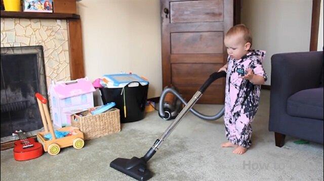 Ev temizliği yapan sevimli bebek