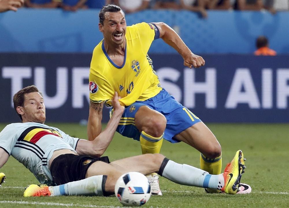 Vertonghen, Ibrahimovic ile ikili mücadelede.