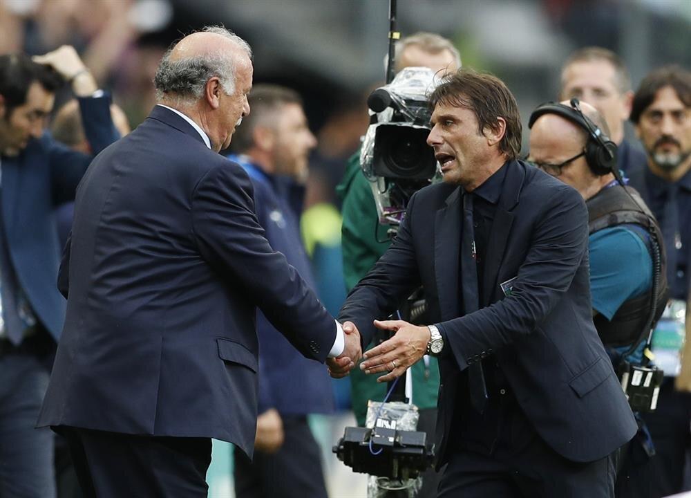 İtalya - İspanya maçının ardından Conte ile Del Bosque birbirini tebrik ediyor.