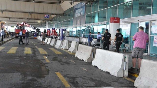 Atatürk Havalimanı'nda alınan güvenlik önlemleri kapsamında dış hatlar terminali önüne beton bariyerler konuldu.