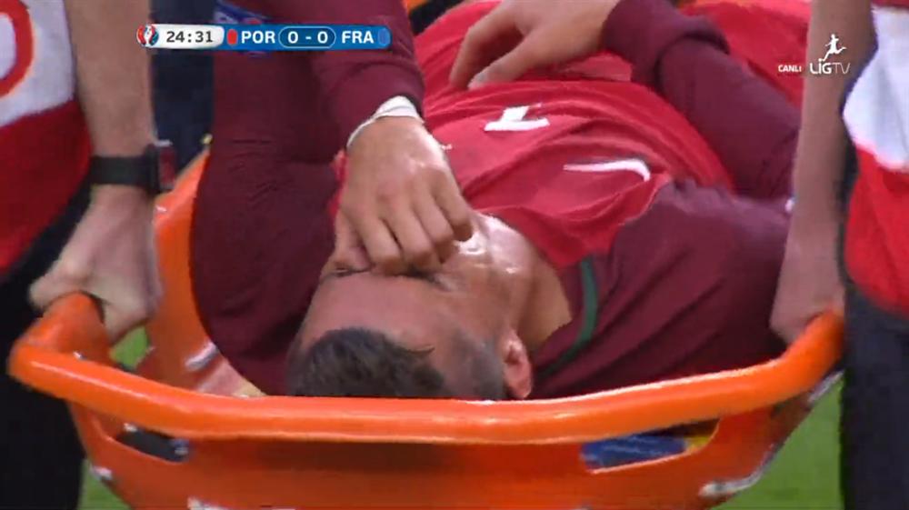 Payet'in müdahalesiyle sakatlanan ve oyuna devam edemeyen Ronaldo, sedyede hüngür hüngür ağladı.