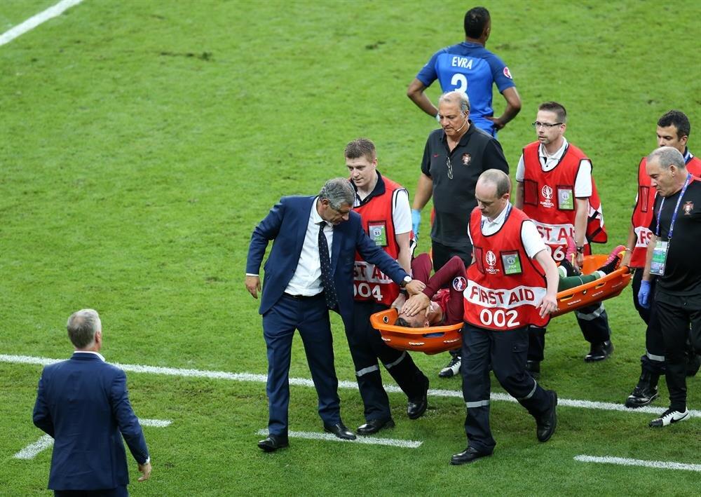 Ronaldo sedyeyle soyunma odasına götürülürken gözyaşlarını tutamadı.