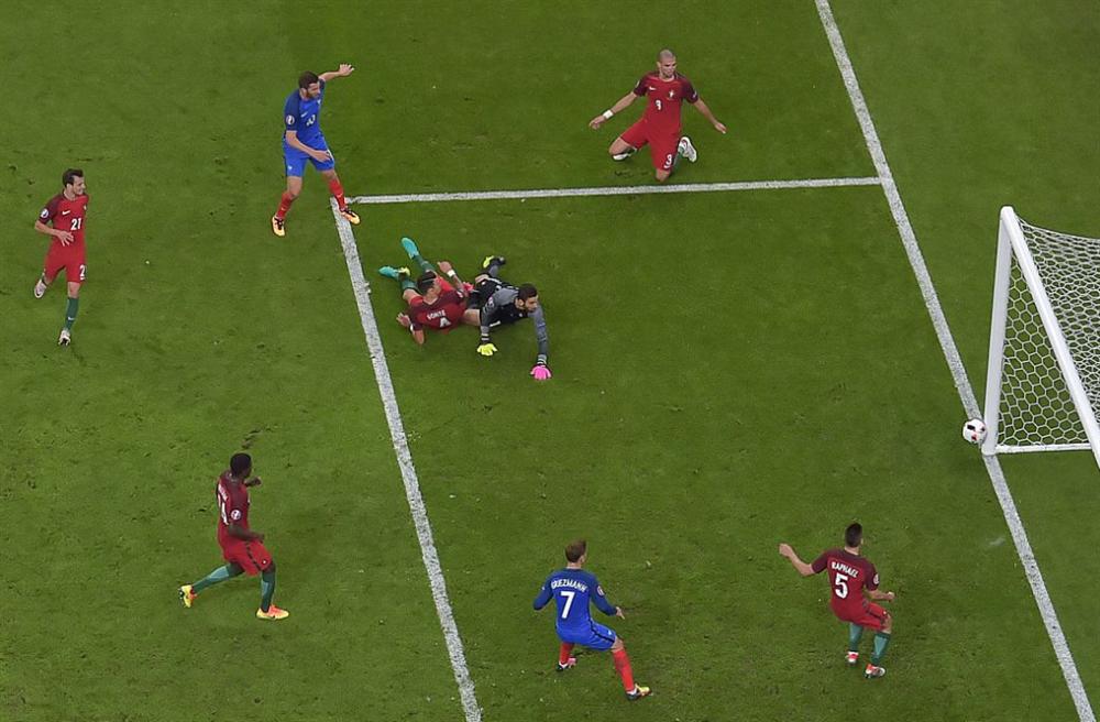 Gignac'ın şutunda top direkten döndü. Portekiz derin bir oh çekerken, Fransa adeta yıkıldı.