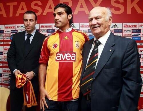 G.Saray Kulübü, Adnan Polat döneminde yapılan transferlerin imza törenlerinde efsane isimlere yer vermişti. Bülent Eken, Mustafa Sarp'ın imza töreninde futbolcuya formasını vermişti.