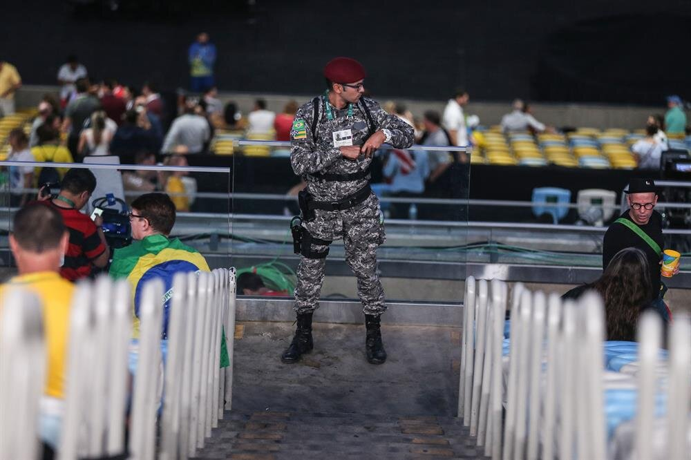 Yaklaşık 85 bin polis ve askerin görev aldığı olimpiyatlarda, açılış töreni için şehrin dört bir yanında askeri araçlar konuşlandırıldı.