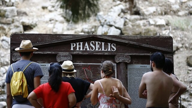 Phaselis Antik Kenti doğal güzelliği ve tarihi dokusuyla ziyaretçilerine güzel bir tatil imkanı sunuyor.