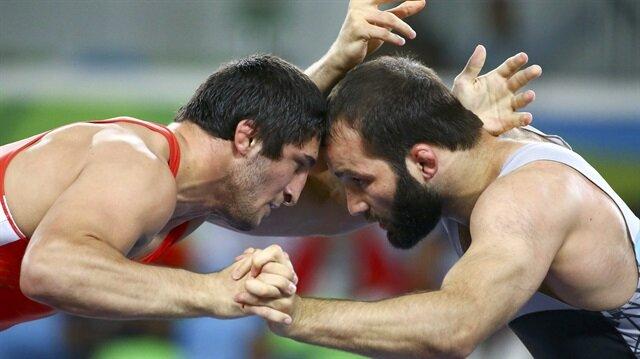 Güreşçimiz Selim Yaşar, finalde Rus rakibine 5-0 yenildi ve gümüş madalya kazandı. (Sağda)