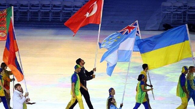 Oyunlara katılan 207 ülkenin bayrakları, sporcuları tarafından stada getirildi. Türkiye'nin bayrağını olimpiyatlarda altın madalya kazanan milli güreşçi Taha Akgül taşıdı.