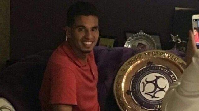 Adam Maher'in Osmanlıspor armasıyla poz verdiği sırada arkasında bulunan televizyondaki 'Fenerbahçe'de PSV'den Adam Maher için görüşmeler sürüyor' ifadeleri dikkat çekti.
