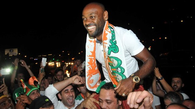 Alanyaspor'un yeni transferi Vagner Love, Alanya'ya gelirken, taraftarlar oyuncuya yoğun sevgi gösterisinde bulundu.