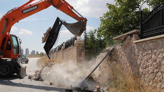FETÖ elebaşı için yapılan lüks malikanenin duvarı yıkıldı