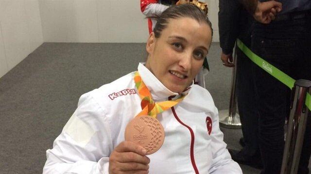 Kadınlar atıcılık branşında milli sporcu Ayşegül Pehlivanlar, bronz madalyanın sahibi oldu.