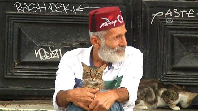 Bir zamanlar ünlülerin söz yazarıydı şimdi en iyi dostu kediler