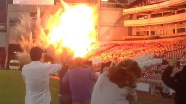 West Ham United'ın eski stadyumu Upton Park patlatılarak yıkılıyor. Film yapımcıları ise bu görüntülerden faydalanıp aksiyon sahnesi çekiyor.