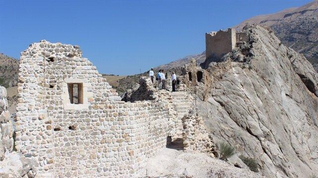 2 bin yıl önce yapılan mühendislik harikası Eski Kahta Kalesi'nde restorasyon çalışmaları devam ediyor.