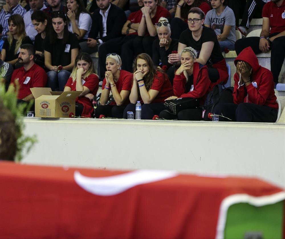 Canik Belediyespor'un basketbolcuları başantrenör Mehmet Can Öztürk için düzenlenen törende gözyaşlarını tutamadı.