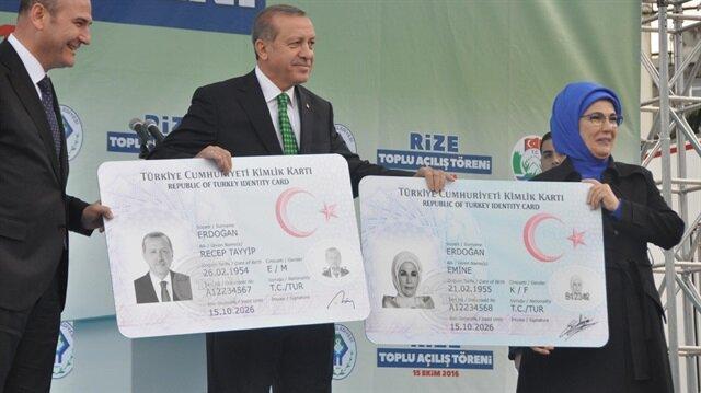 Yeni kimlik kartlarının boyutlarının küçük olması nedeniyle kart üzerine yazılmayan birçok bilgi çipte yer alacak.