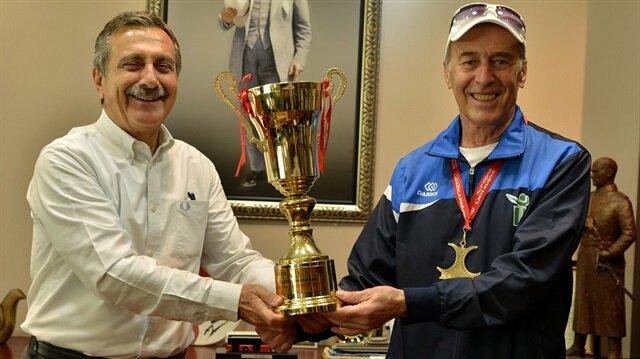 Tepebaşı Belediyesi Spor Kulübü Vetaran Atleti Ertuğrul Mısıroğlu, 70 yaşında 7. birinciliğini kazanarak büyük bir başarıya imza attı.