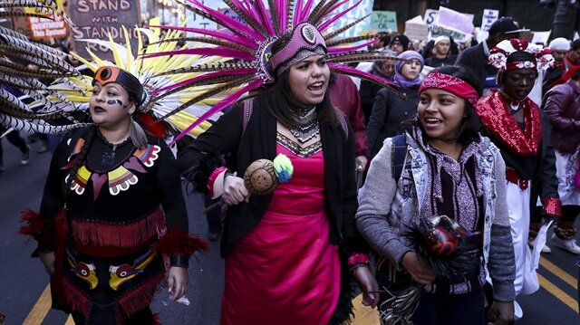 ABD'nin Chicago kentinde, Amerikan yerlileri ABD'nin 45'inci başkanı Donald Trump'ı protesto etti.