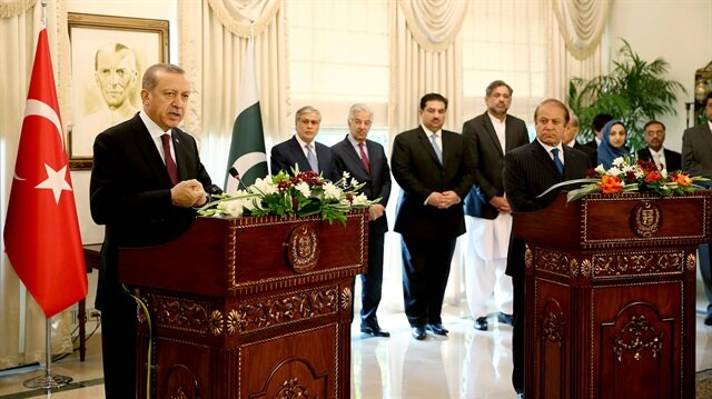 Turkish President Recep Tayyip Erdoğan (L) and Pakistani Prime Minister Nawaz Sharif (R) hold a joint press conference in Islamabad, Pakistan