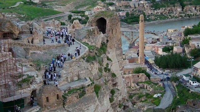 Hasankeyf'in sularaltında kalacağını duyan ziyaretçiler bölgeye akın ediyor.