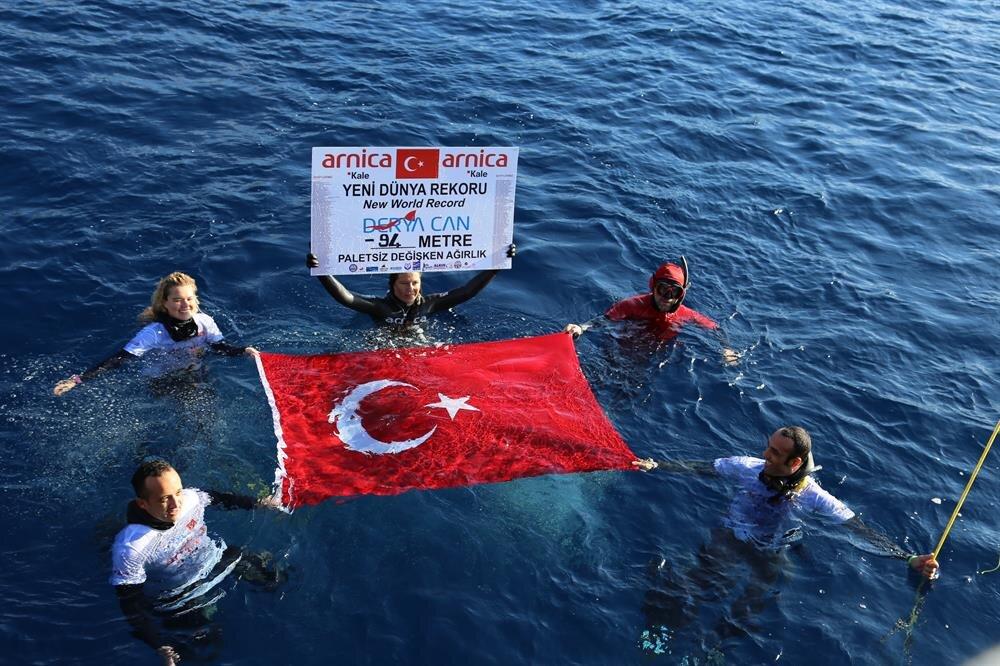 Rekorun ardından Türk bayrağı açan Derya Can, terör olaylarında şehit olan asker ve polislerin adının yazıldığı panoyu gösterdi.