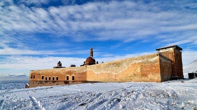 İshak Paşa Sarayı, Osmanlı Devleti'nin Lale Devri'nde inşa edilmiştir.