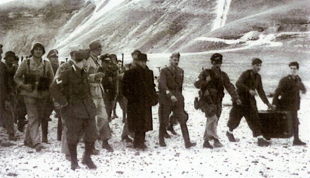 Komandolarla birlikte… Mussolini, Gran Sasso Harekâtı'yla kurtarıldıktan sonra Alman komandolarla birlikte görülüyor.