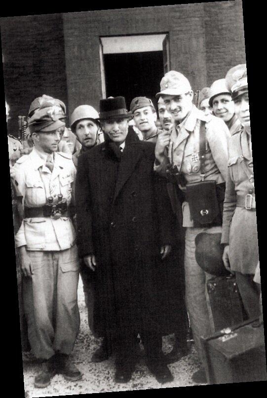 Paraşütçülerle birlikte… Mussolini, başarılı kurtarma operasyonu sonrası Alman paraşütçülerle böyle poz vermişti.