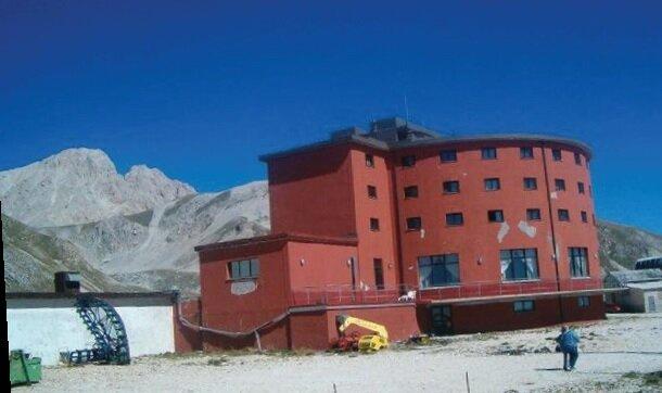 Bu dağ otelinden kaçırıldı Mussolini, muhteşem bir operasyon sonucu, Gran Sasso'daki işte bu ıssız dağ otelinden kaçırılmıştı.