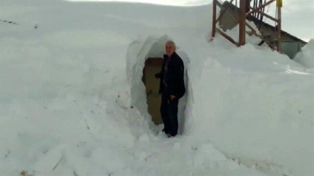 Kardan kapanan evlerine tünelle giriyorlar