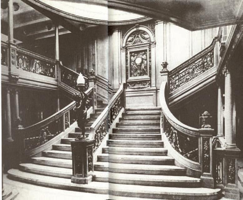 Dolmabahçe'nin merdivenleri mi ilham verdi? Birinci sınıf yolcuların bulunduğu ana güverte avlusundaki büyük merdivenlerin (solda) mimarisi dikkat çekiyor. Şenol Şahin Çörekçi, son dönem Osmanlı mimarisinden izler taşıyan bu merdivenlerde, Dolmabahçe Sarayı'nın merdivenlerinden (yukarıda) esinlenilmiş olabileceğini belirtiyor.