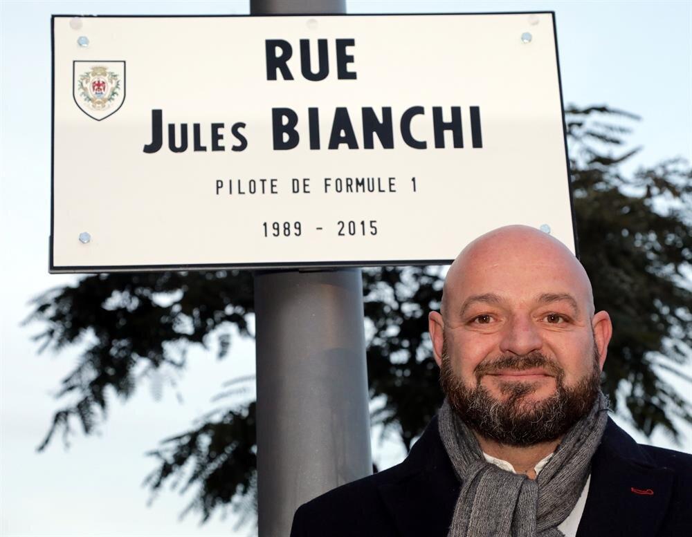 Bianchi'nin babası oğlunun adı verilen sokağın tabelasının önünde poz verdi.
