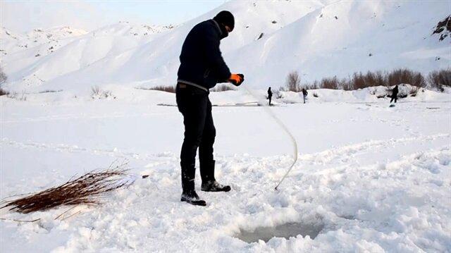 Buz tutan derede balık avı