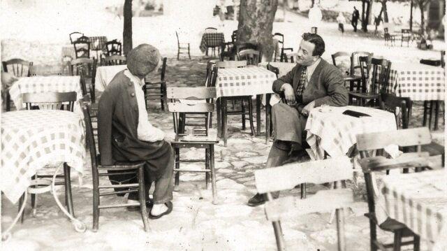 Necip Fazıl Kısakürek, ilk defa yayınlanan fotoğrafta bir çay bahçesinde sohbet ederken.