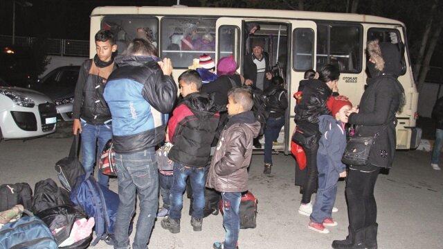 Minibüslerle sınıra yolculuk yapıyorlar.