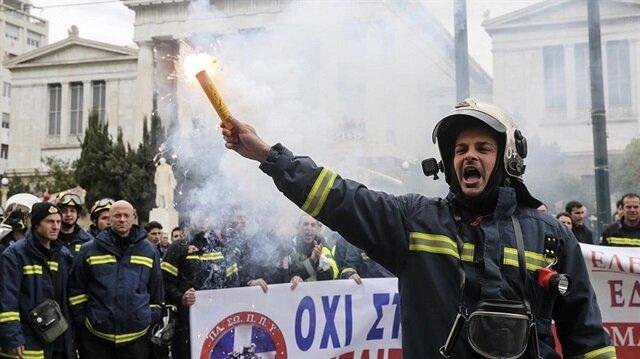 Yunan itfaiyeciler bakanlığı işgal etti