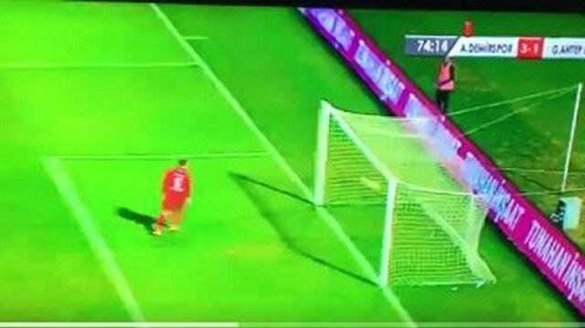 Adana Demirspor, Leroy George'un attığı golle maçta skoru 3-1'e getirdi.