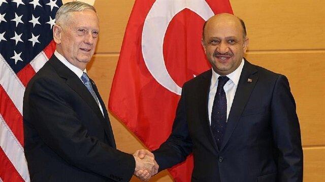Turkish Defense Minister Fikri Işık (R) and U.S. Defense Secretary James Mattis (L).