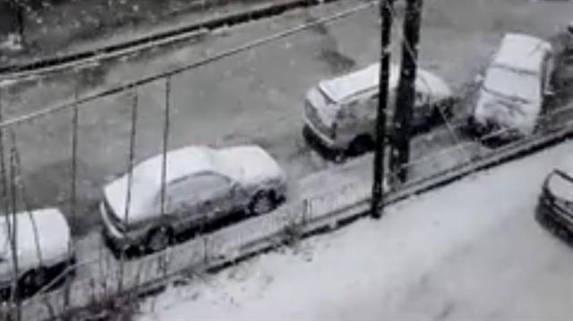 Isparta ve Afyonkarahisar'da vatandaşlar kar yağışına  hazırlıksız yakalandı.