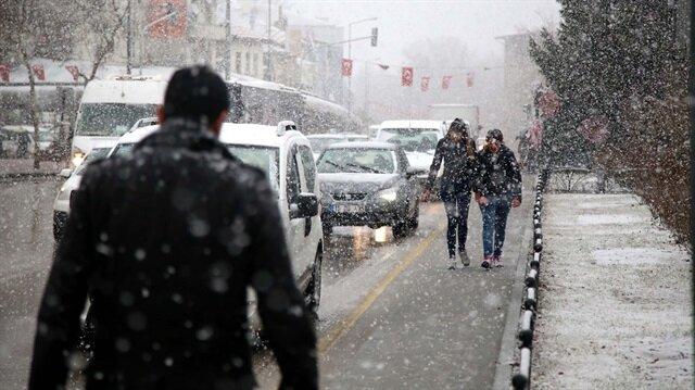 Isparta'da öğle saatlerinden itibaren kar yağışı etkili olmaya başladı.