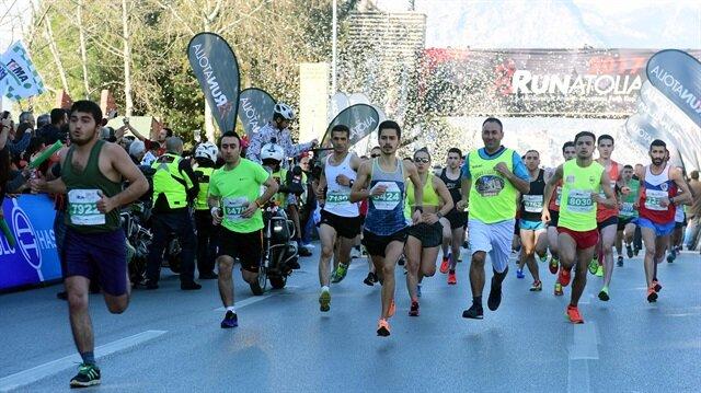 Antalya Maratonu'na katılan bir sporcu koşu sırasında yere yığıldı ve vefat etti.
