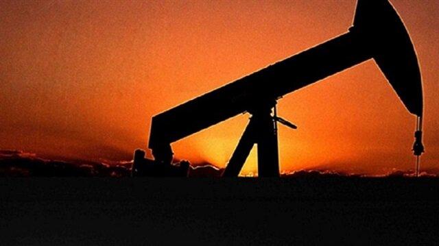 Brent petrolün varil fiyatı haftanın ilk işlem gününde 51 dolarda yatay seyir izliyor.