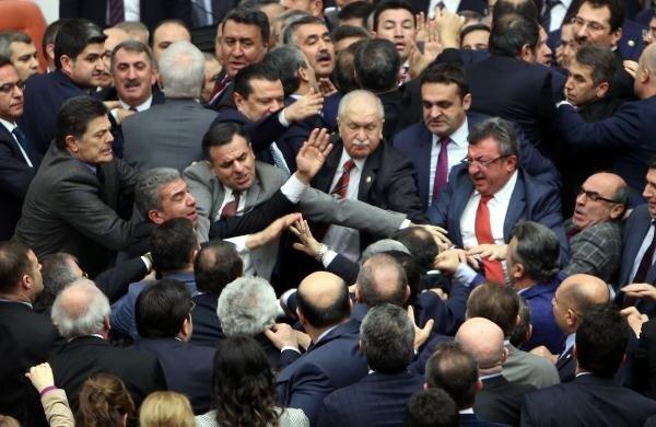 Meclis görüşmelerinde vekiller kavga etti.