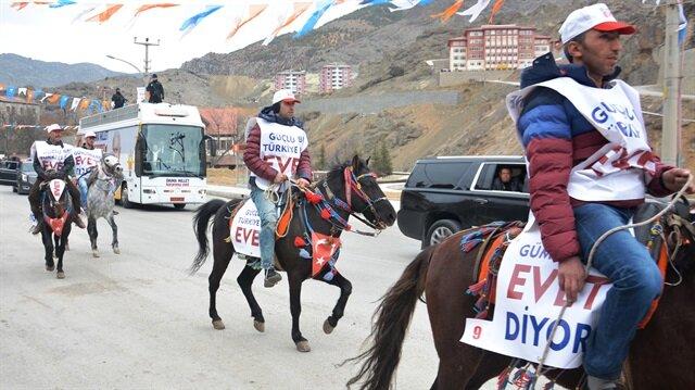 Başbakan Yıldırım'ı 'Sayın Başbakanım izin verin atlarımızı Hollanda'ya sürelim' yazılı pankartla karşıladılar.