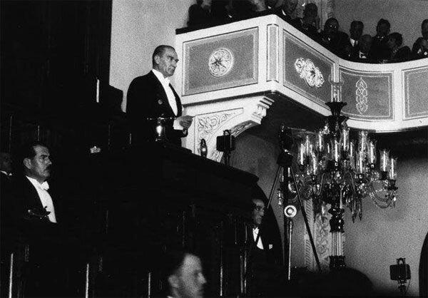 Mustafa Kemal Atatürk, TBMM kürsüsünde milletvekillerine hitap ediyor.