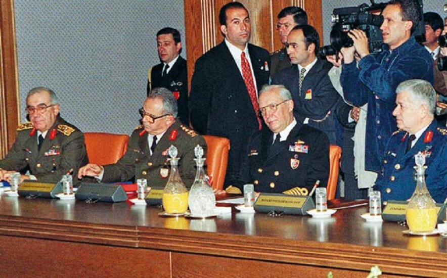 Ordu 28 Şubat'ta seçilmiş hükümete karşı postmodern darbe gerçekleştirdi.