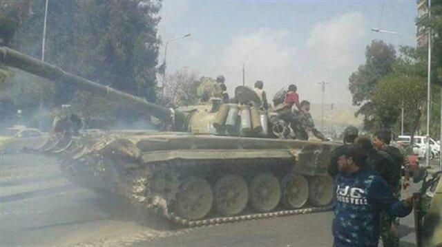 Şam'da Cumhuriyet Muhafızlarına bağlı tankların çatışmaların yaşandığı mahallelere kaydırılması böyle görüntülendi. Çatışmalarda 7 rejim tanki imha edildi.