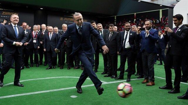 Cumhurbaşkanı Recep Tayyip Erdoğan, Futbol Zirvesi'nde Fransız efsane oyuncu Marcel Desailly'ye şık bir penaltı golü attı.
