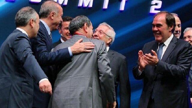 Cumhurbaşkanı Erdoğan, Futbol Zirvesi'nde kulüp başkanlarıyla bir araya gelirken Galatasaray Başkanı Dursun Özbek ve Fenerbahçe Başkanı Aziz Yıldırım'ın birbirlerine sarılmasını istedi.